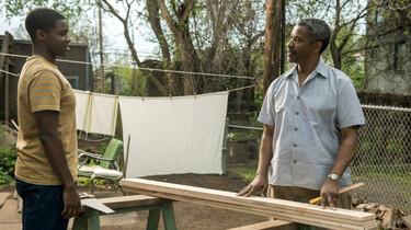 Szenenbild: Vater und Sohn beim Werkeln im Garten