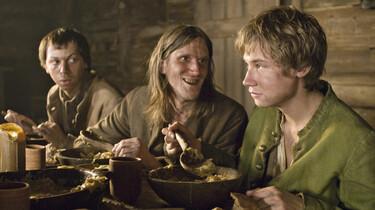 Szenenbild: Der 14-jährigen Waisenjungen Krabat mit zwei Männern am Essenstisch