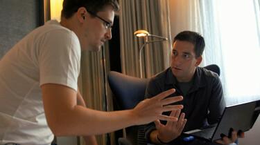 Szenenbild: Poitras und der Journalist Glenn Greenwald bei der Arbeit