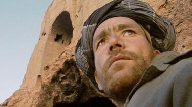 Szenenbild: Ein Mann mit Bart aus Untersicht fotografiert