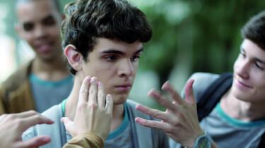 Szenenbild: Jungs halten ihre Hände von den blinden Leo