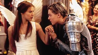 Romeo küsst Julias Hand auf dem Maskenball.