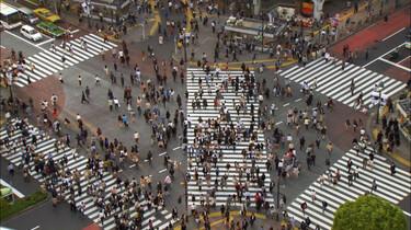 Szenenbild: Viele Menschen auf einer Straßenkreuzung