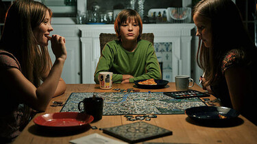 Szenenbild: Viktor mit seinen Schwestern am Küchentisch