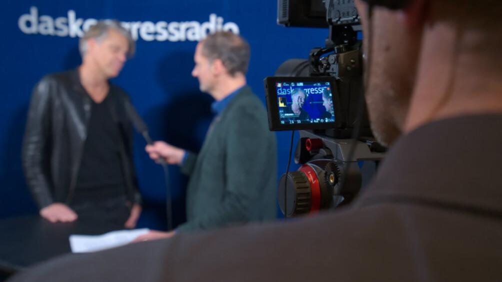 Über die Schulter des Kameramanns sieht man Matthias Elwardt im Gespräch mit Kongressradio