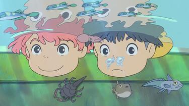 Szenenbild: Anime: Ponyo und ihr Freund gucken unter die Wasseroberfläche, unten rechts ein kleiner Fisch