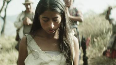 Szenebild: die junge Mayafrau María blickt auf den Boden