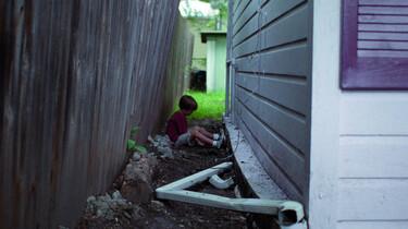 Szenenbild: Der Junge Mason zwischen zwei Häuserwänden
