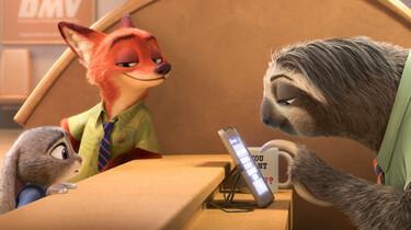 Szenenbild des Animationsfilms: Hase Judy und Fuchs Nick am Auskunftsschalter, der von einem Faultier besetzt ist.
