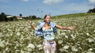 Szenenbild: Mädchen in Blumenwiese