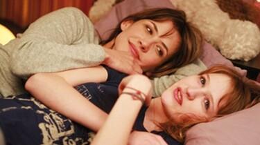 Szenenbild: Lol und ihre Mutter liegen im Bett