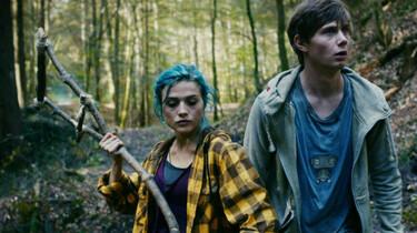 Szenenbild: Karo und Jan im Wald, Karo hält eine selbstgebaute Krücke in den Händen
