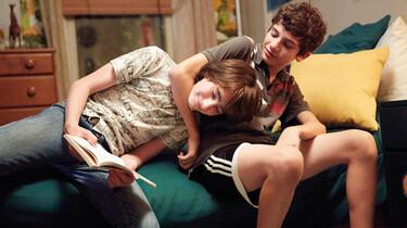 Szenenbild: Jake und Toni rangeln auf dem Bett