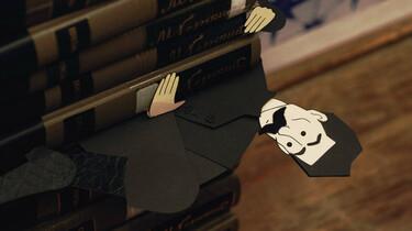 Szenenbild: eine Papierfigur schaut aus einem Stapel Bücher hervor