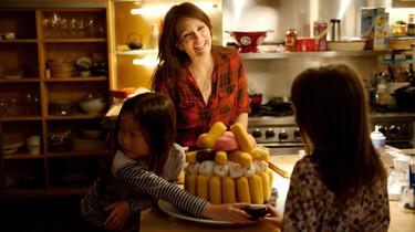 Szenenbild: In der Küche befinden sich zwei Mädchen um eine Marshmollow-Torte