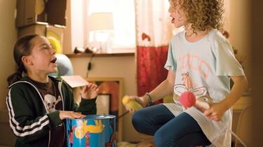 Szenenbild: Zwei Mädchen beim Spielen