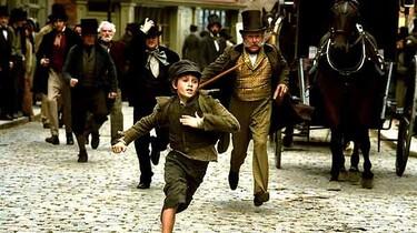 Szenenbild: Der flüchtende Oliver wird von Menschen durch die Straßen gejagt