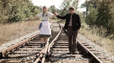 Szenenbild: Mädchen und Junge auf Bahngleisen