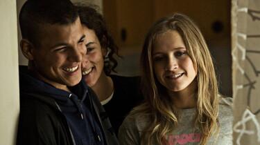 Szenenbild: Drei lachende junge Leute