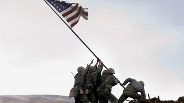 Szenenbild: Mehrere Soldaten stellen eine US-Flagge auf