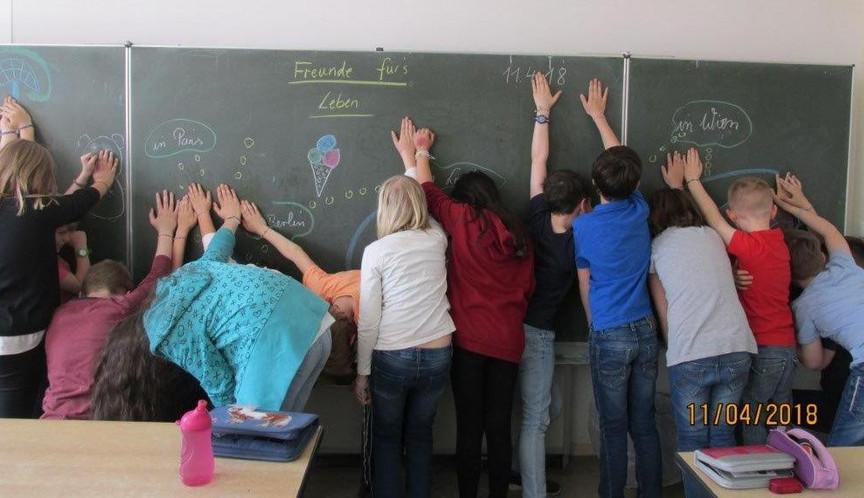 Die Klasse mit Freundschaftsbändern: Freunde fürs Leben