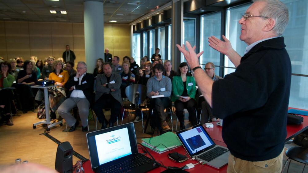 Ian Wall bei einem Vortrag