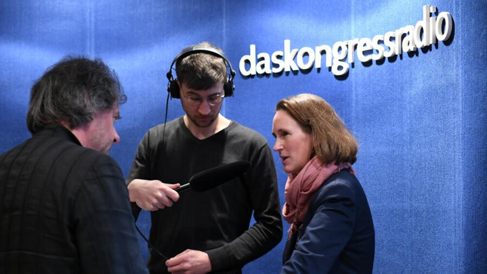 Integrationsbeauftragte Mirjam Kruppa im Interview am Stand des Kongressradios