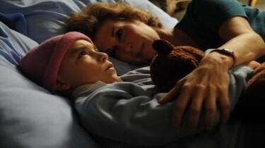 Szenenbild: Oskar liegt mit einer Dame im Bett