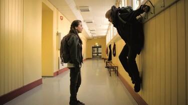 Szenenbild: im Schulflur hängt Jo an einem Garderobenhaken, seine Angebete steht vor ihm