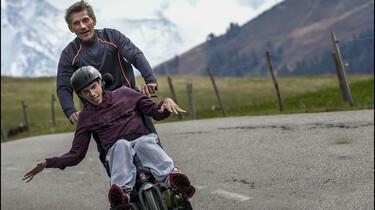 Szenenbild: Der 17-jährige Julien mit seinem Vater Paul auf einem umgebauten Fahrrad