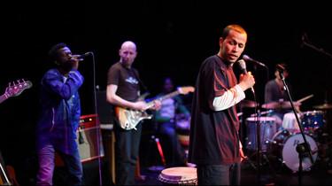 Die Band Strom & Wasser feat. The Refugees während eines Auftritts.