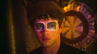 Szenenbild: Oscar hat sich für eine Party die Augen merkwürdig geschminkt