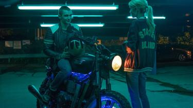 Szenenbild: Vee und Ian in einer Tiefgarage, Ian auf einem Motorrad, Vee steht daneben