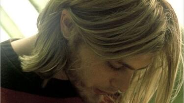 Szenenbild: ein junger Mann mit längeren blonden Haaren im Porträt