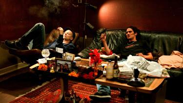 Szenenbild: die beiden Protagonisten lümmeln auf einem Sofa in einem unordentlichen Zimmer herum