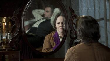 Szenenbild: Frau Lincoln vorm Spiegel