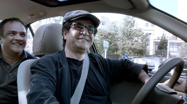 Szenenbild: Regisseur Jafar Panahi am Steuer seines Taxis