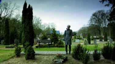 Szenenbild: Yael steht am Familiengrab