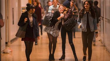 Szenenbild: Eine Gruppe junger Mädchen auf dem Flur einer Highschool