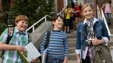 Szenenbild: Greg und Freund vor der Treppe zur Schule