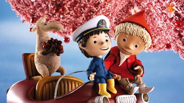 Szenenbild: Das Sandmännchen und der kleine Junge in einem fliegenden Gefährt (Puppentrickfilm)