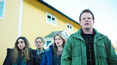 Szenenbild: Primus und seine Familie aus leichter Untersicht vor dem Hotel