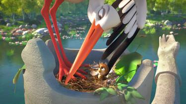 Szenenbild aus dem Animationsfilm: Die Storchenmutter beugt sich über einen winzigen Spatzen in ihrem Nest