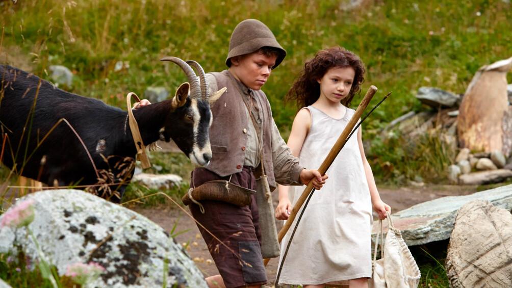 Szenenbild: Heidi, Peter und eine Ziege