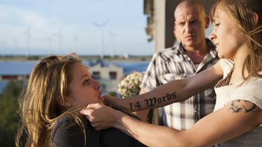Szenenbild: Marisa bedroht ein junges Mädchen auf dem Balkon und drückt sie über die Brüstung