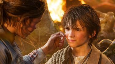 Szenenbild: Sebastian und Angelina, Feuer ist im Hintergrund zu sehen
