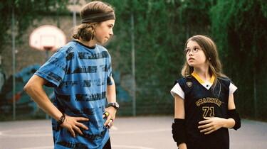 Szenenbild: Nelly und Max auf dem Baketballplatz
