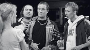 Szenenbild: Julika im Gespräch mit einer Gruppe junger Männer
