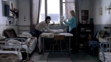 Szenenbild: 2 Frauen in einem Zimmer vor Fenster