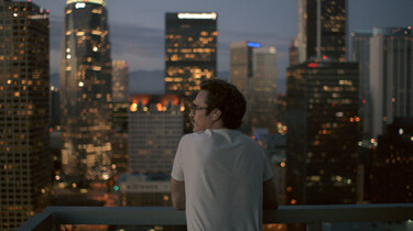 Szenenbild: Theodore schaut vom Balkon